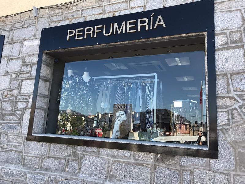 A&A Moda, Perfumería y Complementos 2
